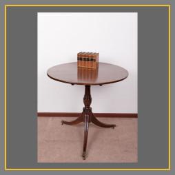 Dreibeiniger Tisch