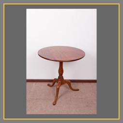 Dreibeiniger Tisch 10969