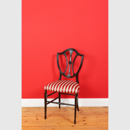 Kleiner und schöner Shieldback Stuhl ohne Armlehnen