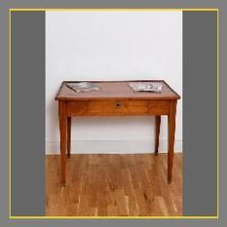 Kleiner französischer Schreibtisch aus Nussbaum