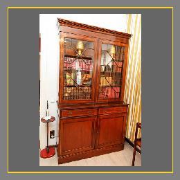 Intarsierter Bücherschrank