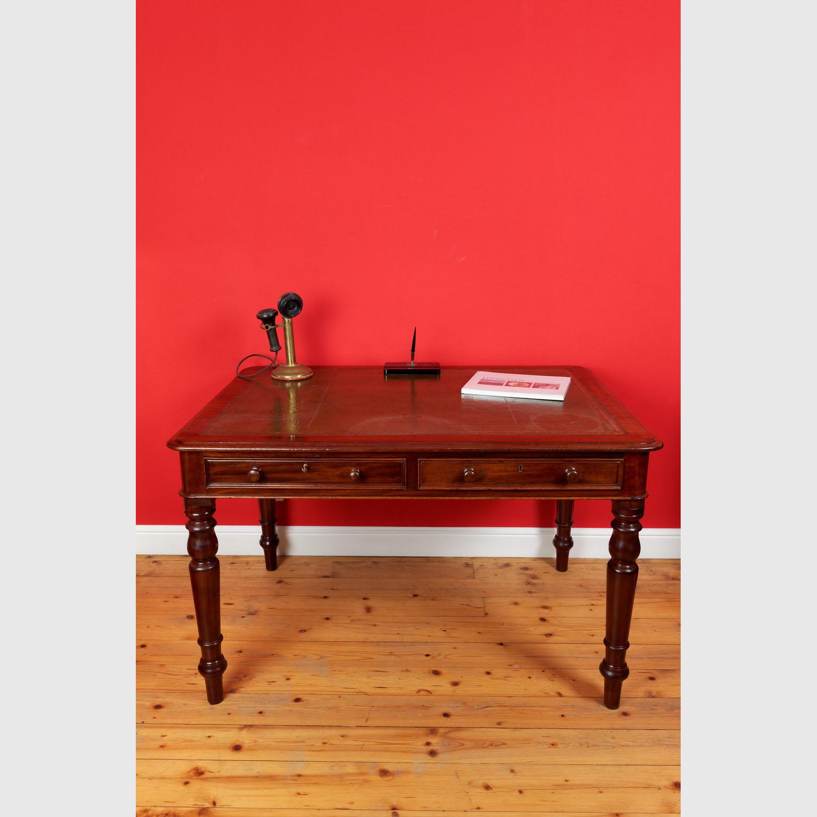 Schreibtisch Von Sehr Guter Qualität