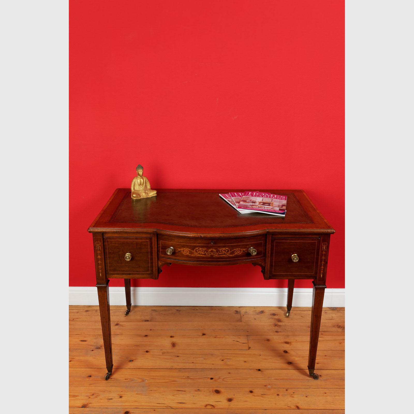 Intarsierter Schreibtisch Mit Gebauchter Front
