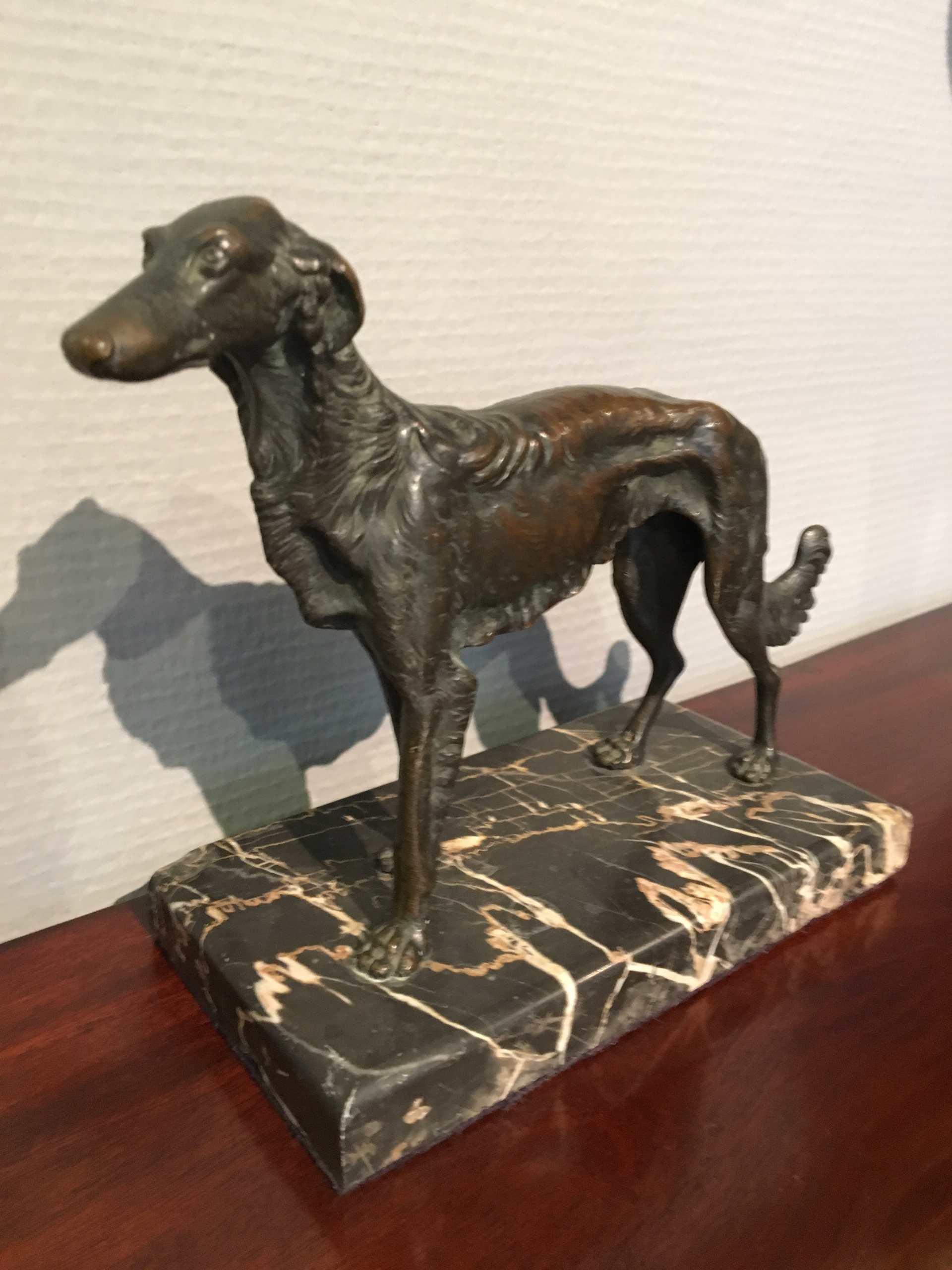 """Bronzeskulptur """"Windhund"""", Auf Marmorsockel"""