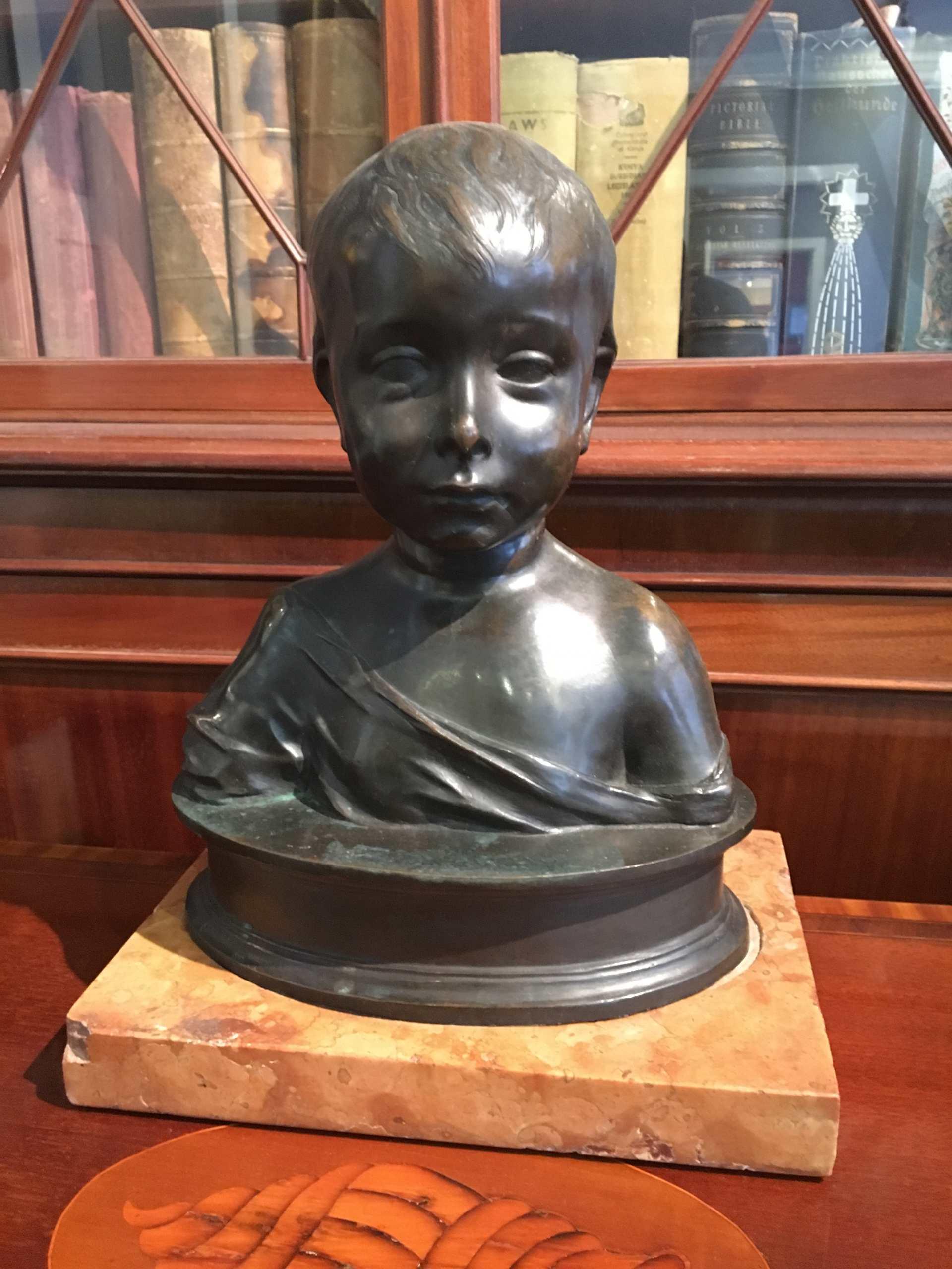 Büste Eines Kindes Aus Bronze Auf Marmorsockel